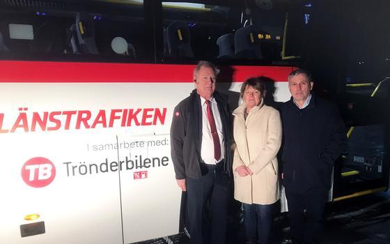 SPENT TRIO: Daglig leder i Trönderbilene AB, Susanne Paulsson og adm. direktør i Trønderbilene AS, Vidar Kjesbu ønsker bussjåfør Lars Wikström lykke til på anbudets første busstur.