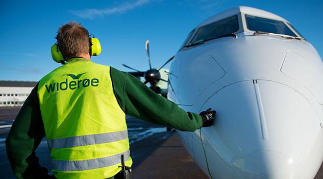 Bilde av Widerøe mannskap og fly